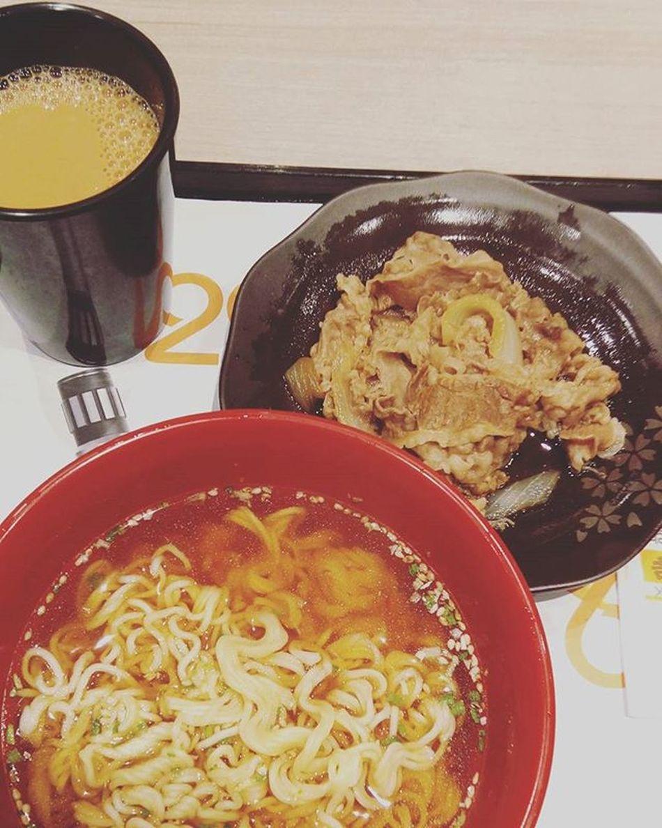 フライト後、朝までコース😙 吉野家 Yoshinoya 朝食 Breakfast Noodle Beef 実は人生初の吉野家 昨日話が盛り上がって何軒梯子したことか バナナのカクテル美味 Tst Ymt HongKong