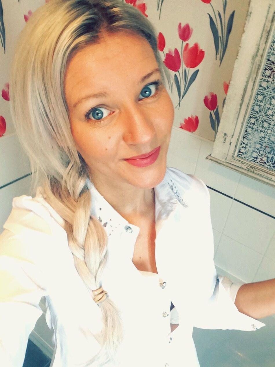 Todays Hot Look White Shirt Hairstyle Young Women Casual Clothing Selfie ✌ FlowerBackground Naturally Me BlueEyes Smile ✌