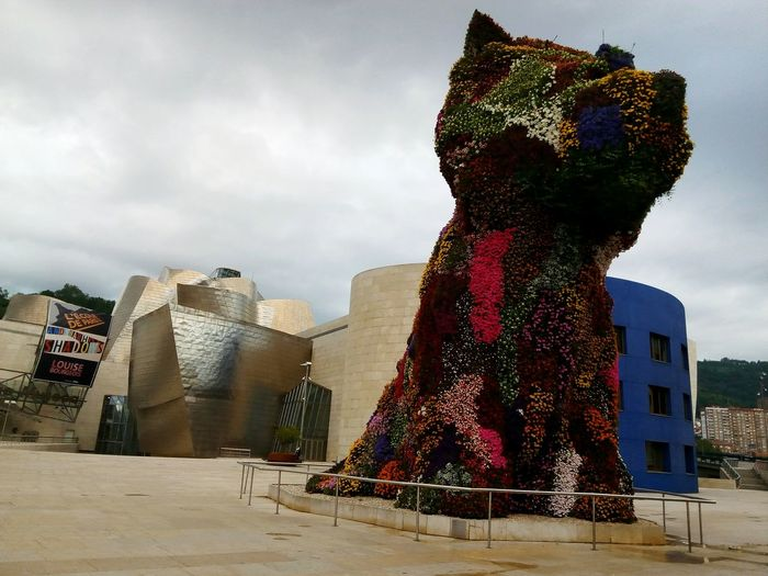 Let me present you Puppy , which always brings up a smile in my face seeing it while Standing Guard at the Guggenheimmuseum Bilbao❤ this Art Piece is made by Jeff Koons . This Sculpture engages Past And Present , and its size Out Of Control . For sure its create Optimism and ofcourse Confidence  and Security , because its Puppy , Huge Puppy , and covered in Flowers !!!! Puppy And Flowers Flowering Plants Stainless Steel  Paviments Flores Naturaleza En La Ciudad Museo Gugenhaim Bilbao Puppy Museo Guggenhaim Escultura