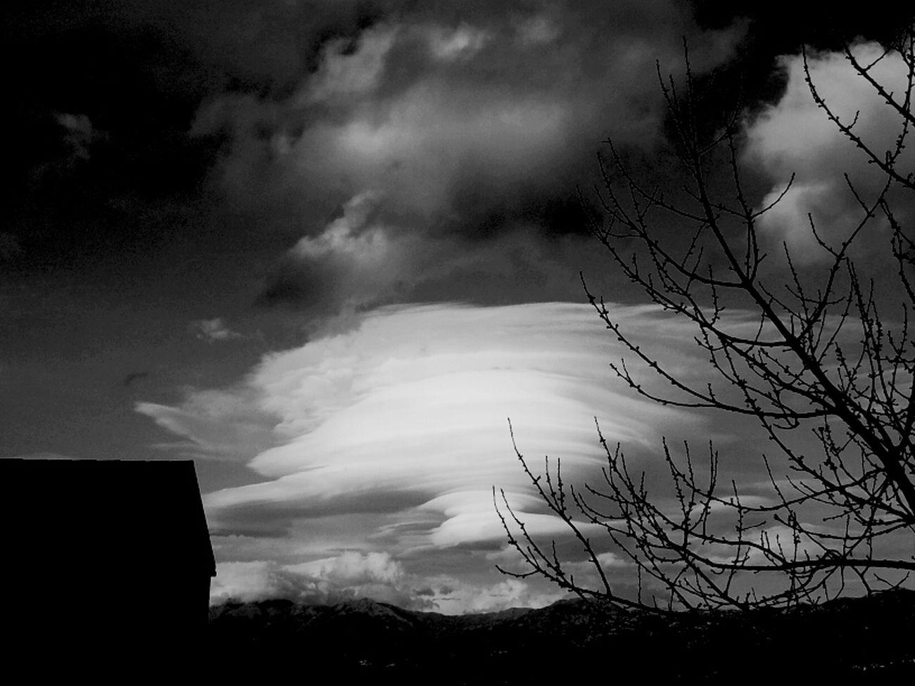 ... Je me souviens des larmes versées sur le passé.. du temps qui toujours fane et jamais ne renait.. et j ai peur du present quand je sais que demain de ces instants qu on vit il ne restera rien...... Rien que des souvenirs que le temps reprendra..... Clouds And Sky Bnw Bnw_friday_challenge Santu Petru