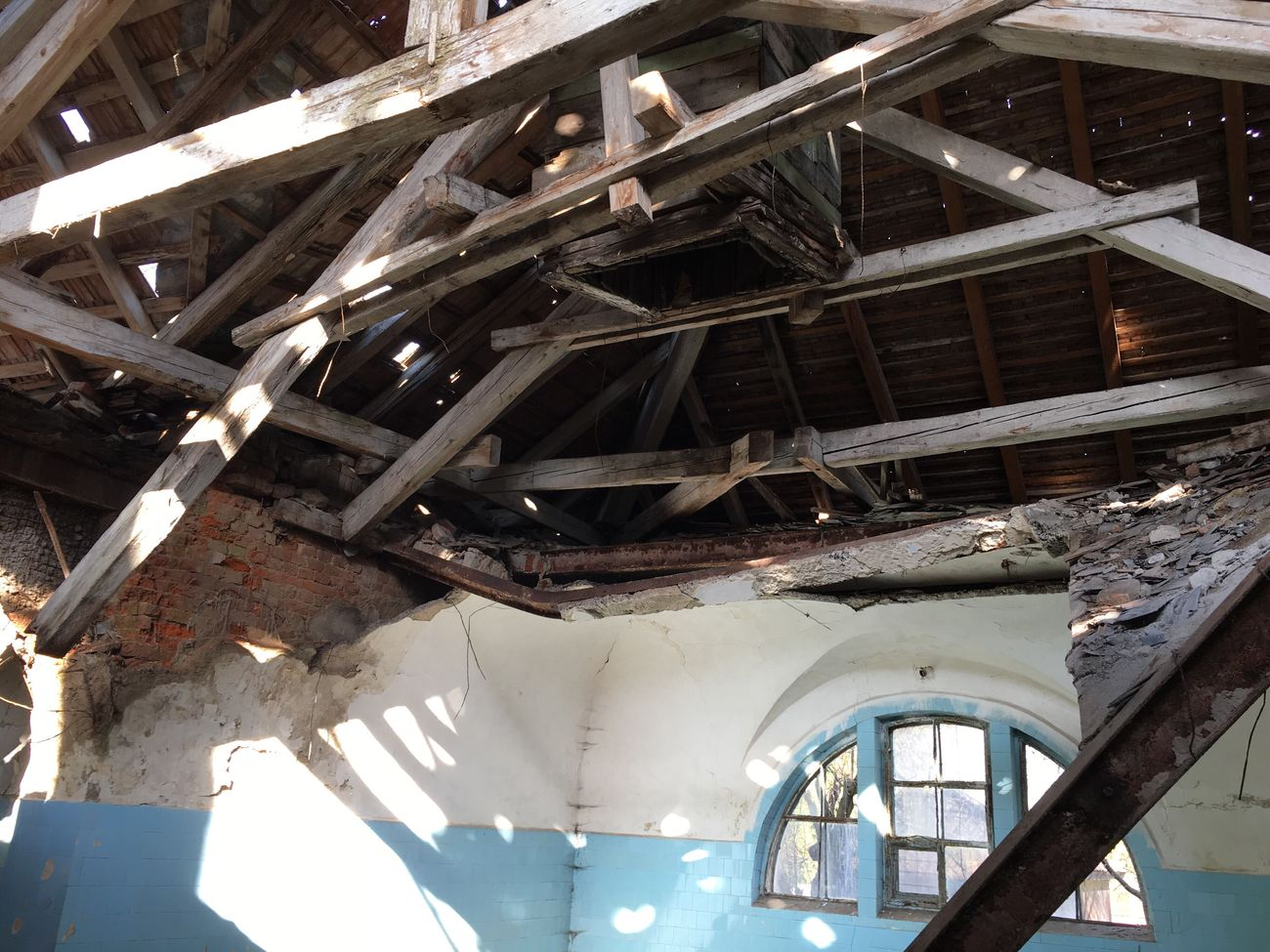 Abandoned Low Angle View No People Built Structure Indoors  Attic Architecture Day Destruction Discarded Damaged Construction Worn Out Weathered Bleak Run-down Bath Thermal Bath Ruined Building Ruins Ruin Demolished Architecture Bad Condition Indoors  Piano Moments