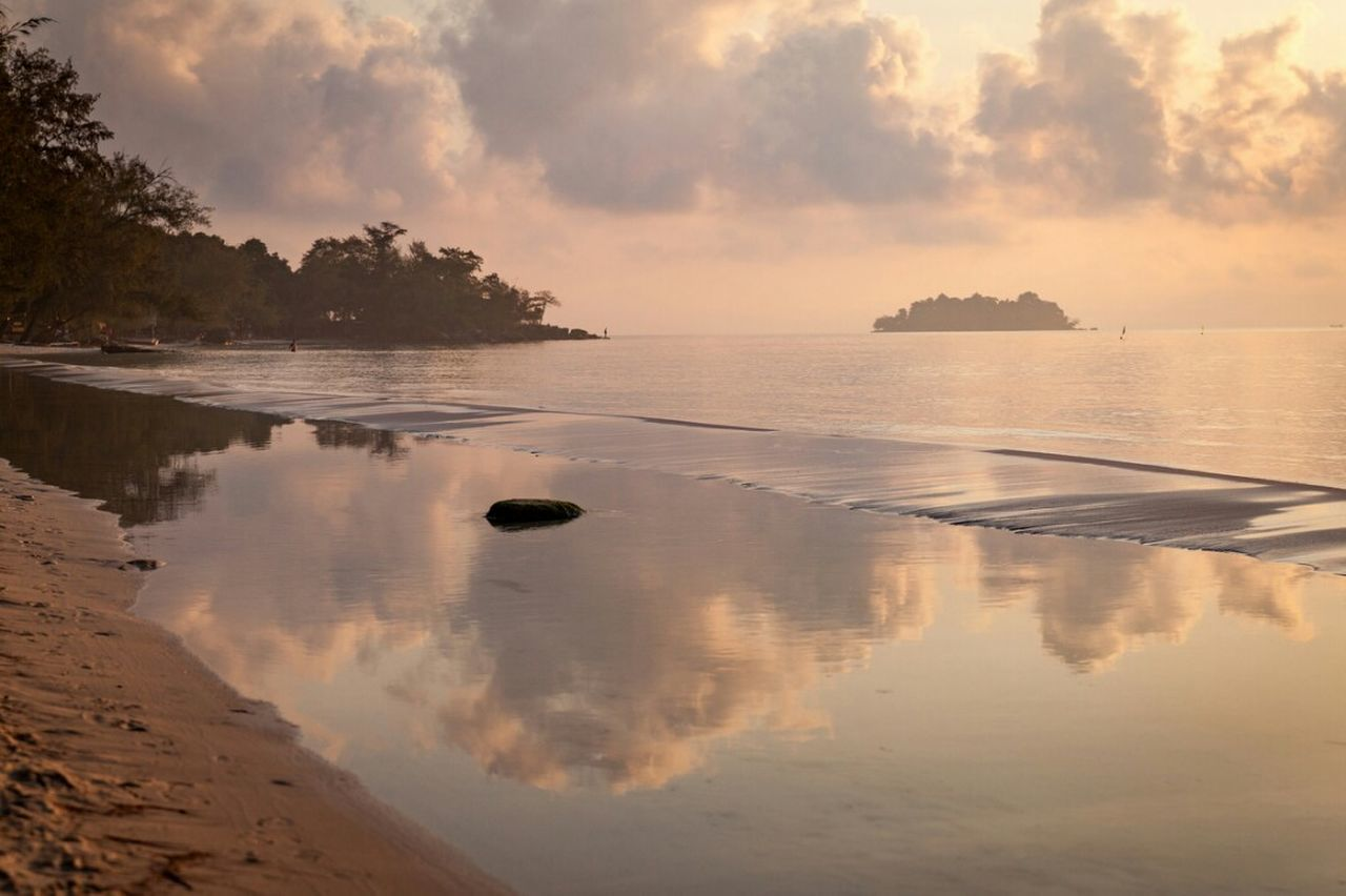 The calm at dawn... Water Outdoors No People Beauty In Nature Sky Nature Sunrise Sunrise And Clouds Reflection Ocean Calm Sea