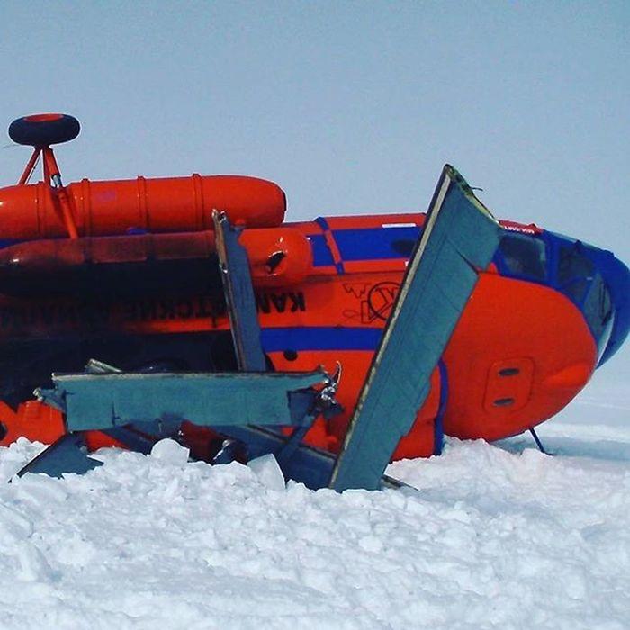 Во время взлета потоками воздуха было поднято много снега. В результате экипаж потерял ориентацию и вертолет рухнул на землю. В 20-25 метрах от домика кордона Узон.Узон камчатка Вертолет крушениевертолета