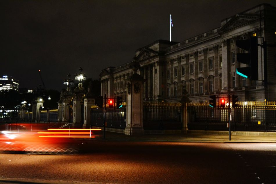 I Once Saw A Flash Alive London Lifestyle The Street Photographer - 2016 EyeEm Awards Buckingham Palace Flashdance  On The Street London Buckingham Palace. Architecture Darkness And Light Art Gallery Silence Of The Night Tourism Travel Destinations