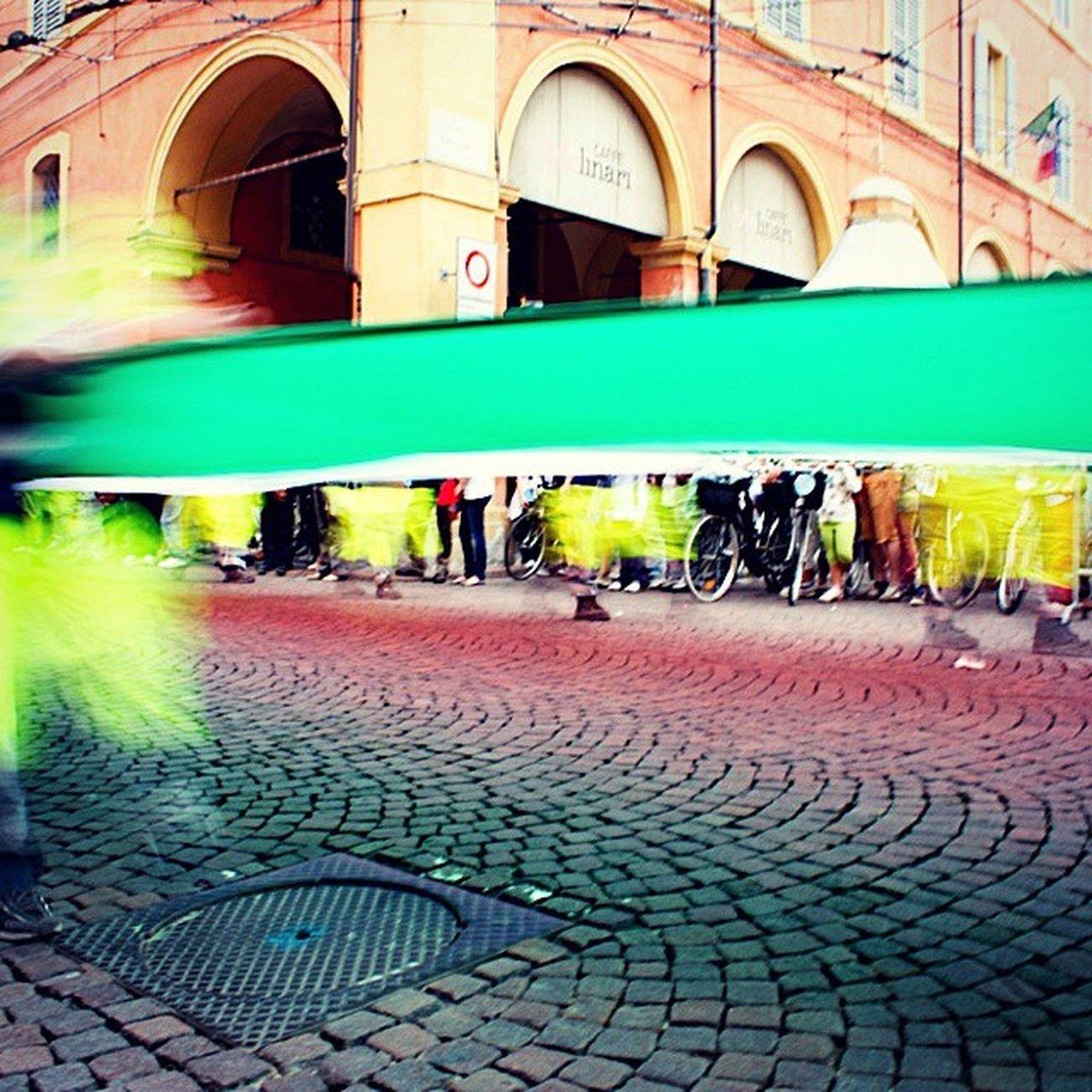 2giugno Festadellarepubblica a Modenacentro passa la bandiera più lunga del mondo (2 giugno 2011)