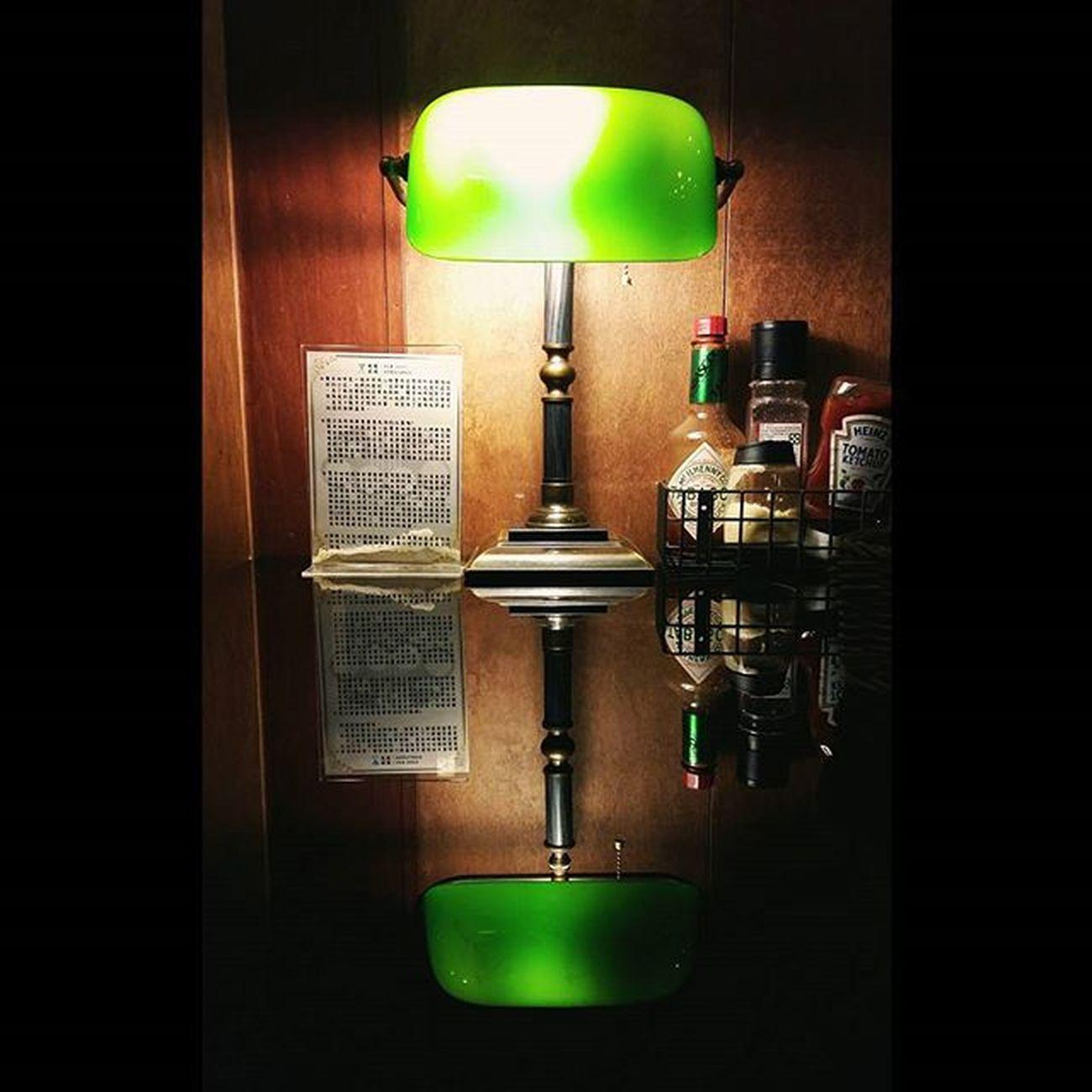 【Banker's Lamp (Emeralite) 】 The first patent for a banker's lamp was filed on 11May 1901 by Harrison D. McFaddin and were produced and sold. 非常經典的銀行家檯燈 1901年被設計出來 特別是翡翠綠的燈罩 讓人難以忘懷... 平常都是從電影上看到 就在上次颱風天回花蓮 進去了一間餐廳 名叫【驚奇咖啡】 觀察店內擺設的同時 看到桌上這個經典的檯燈 燈罩打出來的翡翠綠光 搭配後面的木板 有如寶石般的華麗 也感受到濃濃的美式復古味 裡面看到了好多很有味道的擺設 每個角落都突顯了老闆的品味 有機會到花蓮市可以進去品嚐☕ Banker Lamp Bankerslamp Oops 驚奇咖啡 花蓮 檯燈