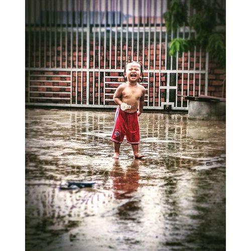 A Cambodian kid having fun in the rain. Makemoments MomentsLens MomentsLensTele MomentsTele ShotOnMyLumia Lumia930 Fhotoroom