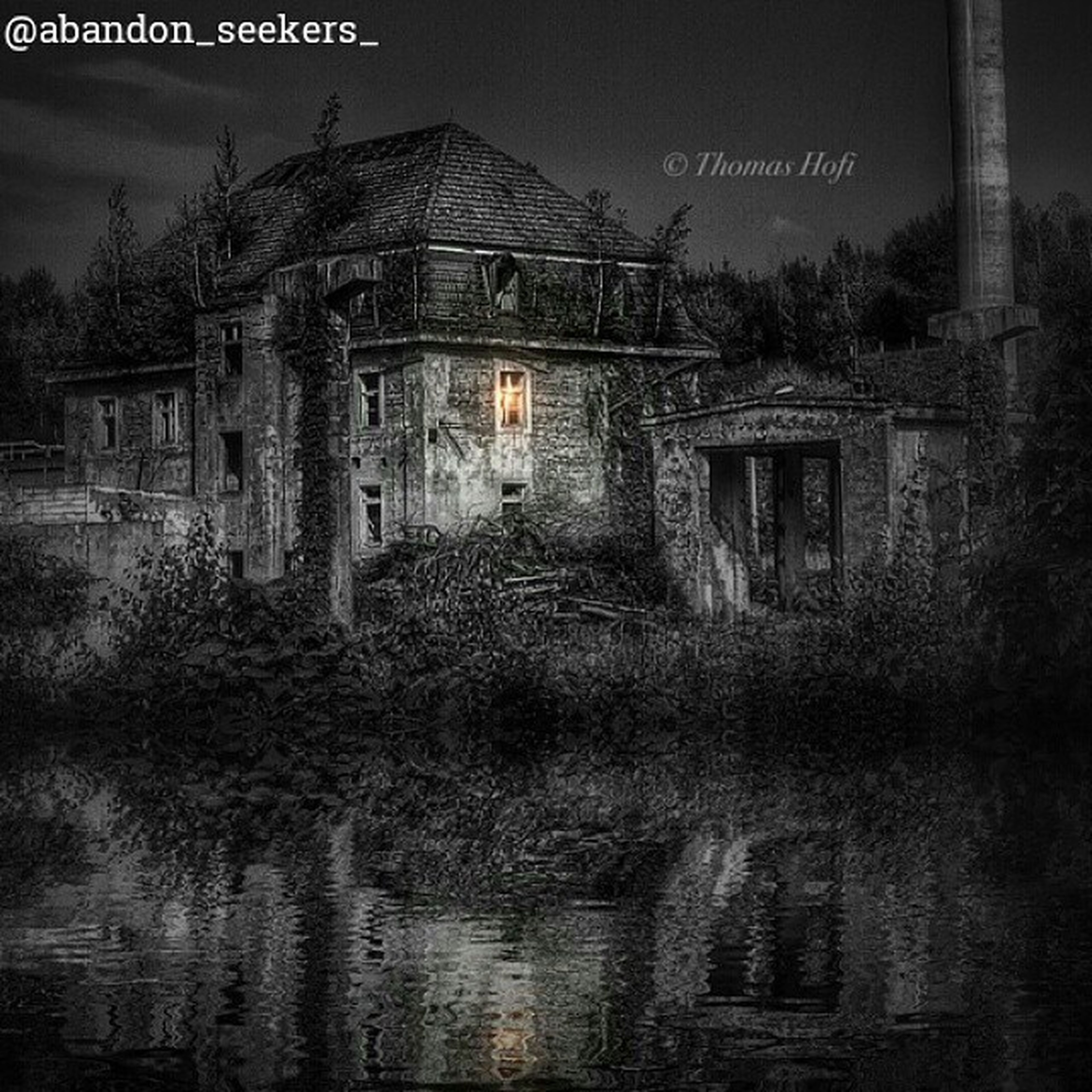 architecture, built structure, building exterior, house, sky, old, residential structure, building, residential building, abandoned, outdoors, window, history, no people, day, water, exterior, clear sky, tree, wall - building feature