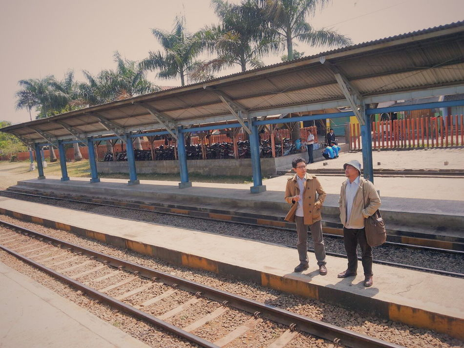 Bro gaya dulu bro | kita dah nyampe bro?| udah dong. Emang dimana sih ini? | stasiun iceland bro? | emang ada stasiun di iceland? | ya ada dong bro! | anyiiing! Keren euy! Rancaekek Station Commuting Musafir Enjoying Life Feel The Journey