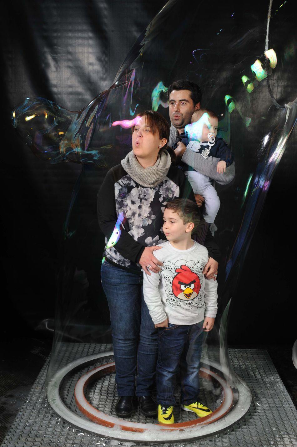 Dentro de la burbuja... Inside Juntos Família Los 4  Burbuja Gigante Pompas De Jabón