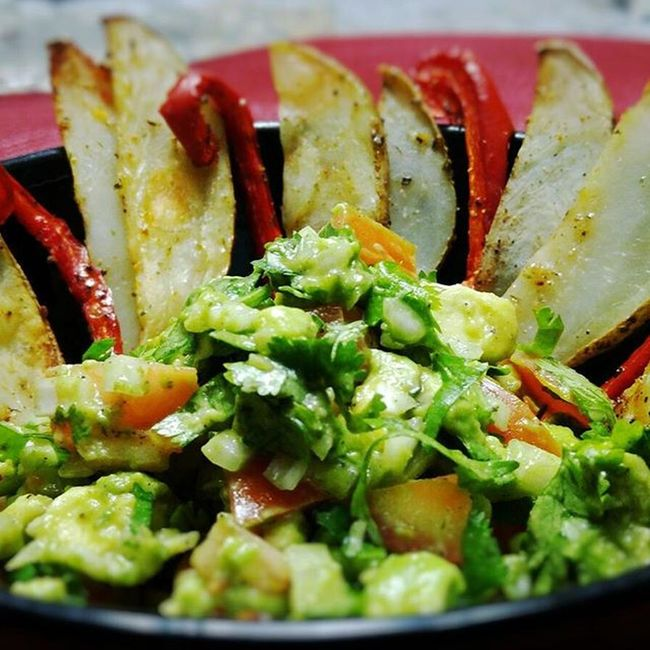 Avocado salad with roasted red peppers and roasted potatoes Dinner Healthtip Avacado Tomatoes Onion Cilantro Redpeppers Patatoes Latenightcooking