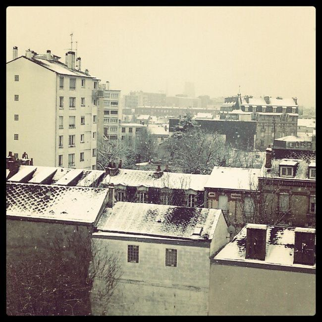 Instagram Photooftheday Pictoftheday Ville Neige Nuage White Snow Blanc Cheminées Toits City Instagood Immeuble Town
