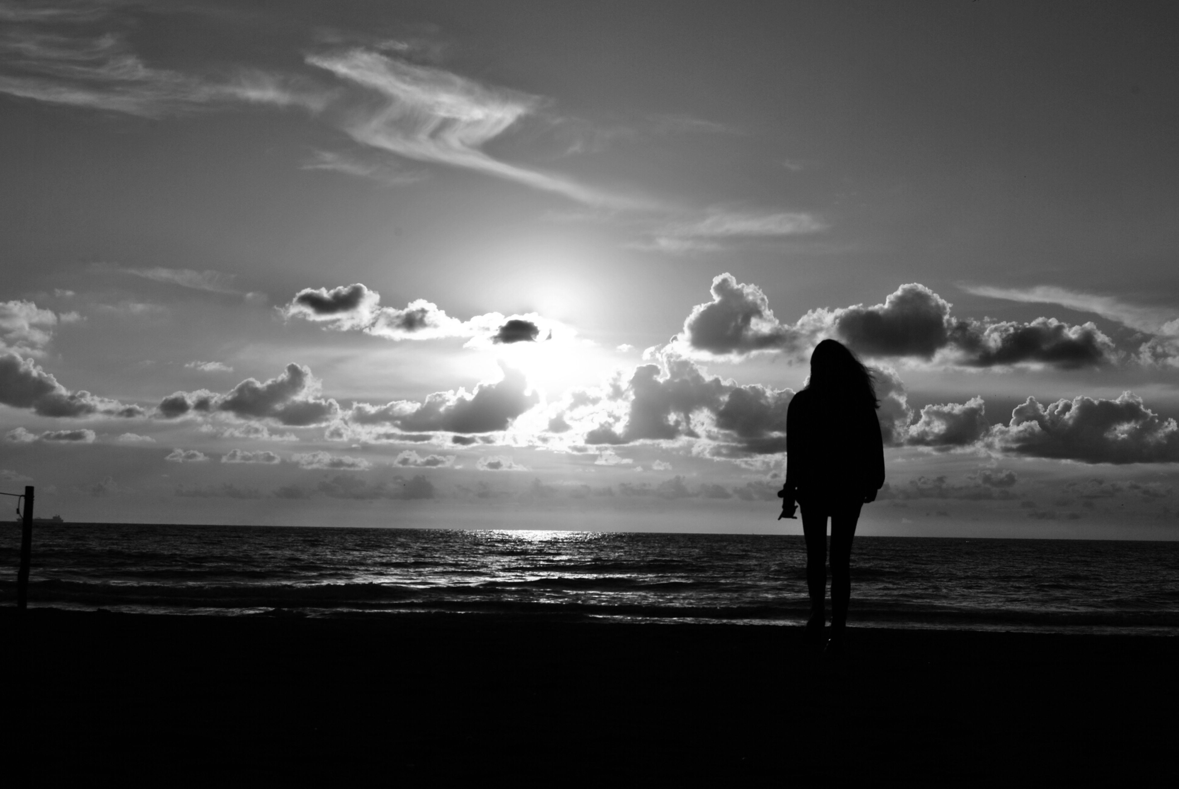 sea, horizon over water, beach, water, rear view, silhouette, sky, scenics, tranquil scene, standing, shore, beauty in nature, lifestyles, tranquility, leisure activity, full length, nature, person