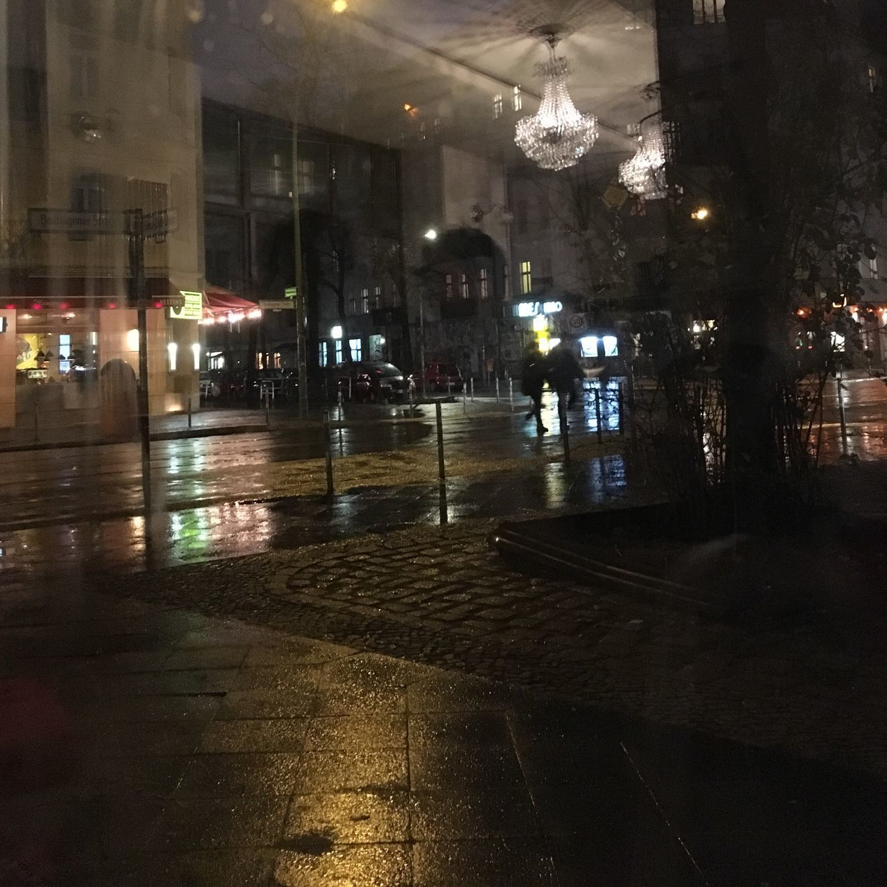 Nasse Straße mit Kronleuchter Berlin Reflection Artificial Light Rain Rainy Evening Rainy Street Light And Darkness  light and reflection Outside Crossroads Intimes