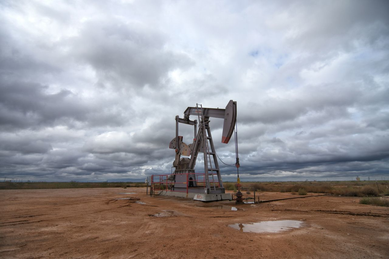 Environment Nature Scenics Equipment Rural Scene Oil Pump No People Lever Fossil Fuel Sky Landscape Outdoors Oil Field Water Day Oilandgas This Week On Eye Em Farm Land Nikonphotographer Texasphotographer Nikon Photography Oilfield Nikon Dslr Field Pump Jacks