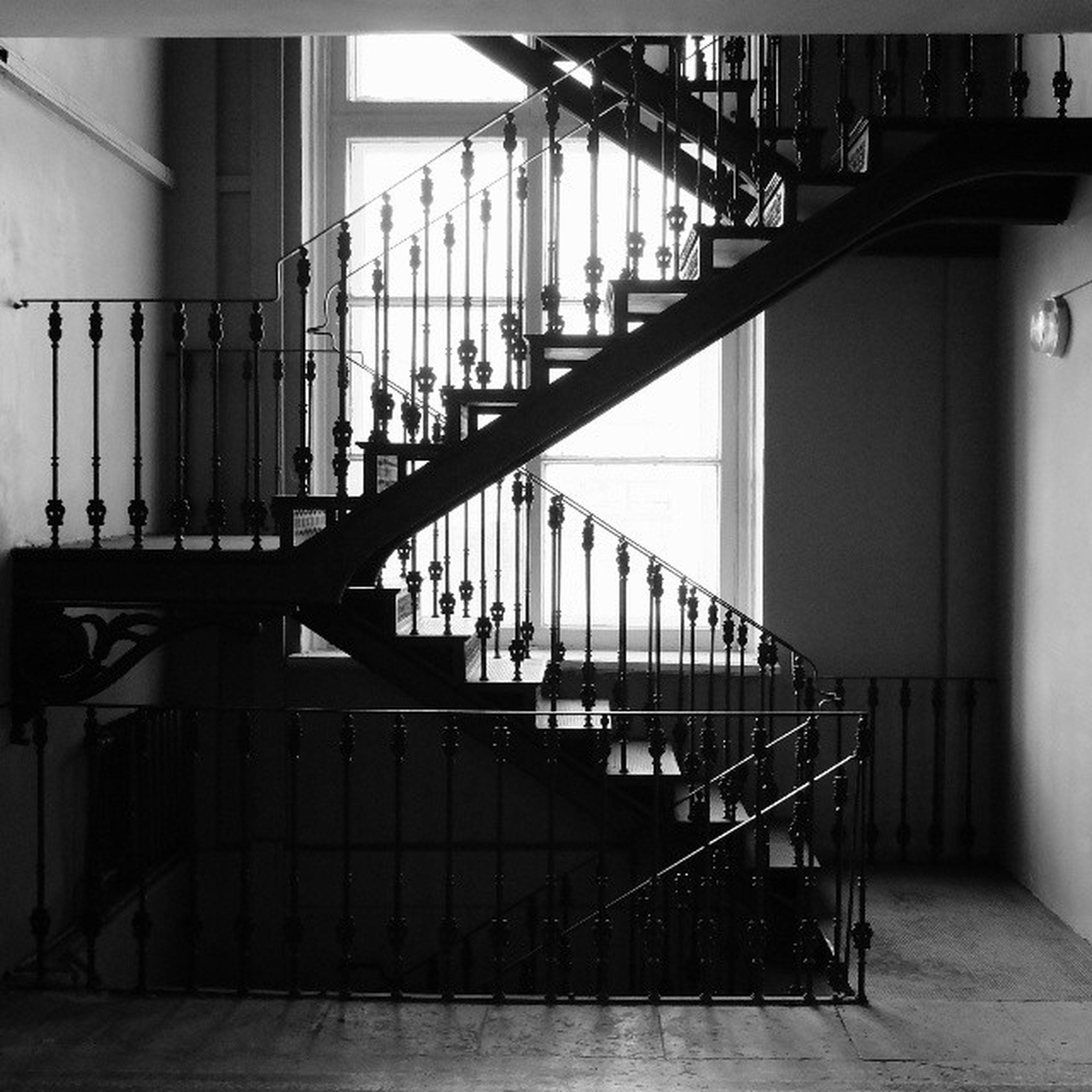 Да, эта лестница особо графична ))) чернобелое графично чб окно blackandwhite bnw monochrome stairs academyoffinearts window contrasts fujifilm_xseries fujifilmx20 fujifilm