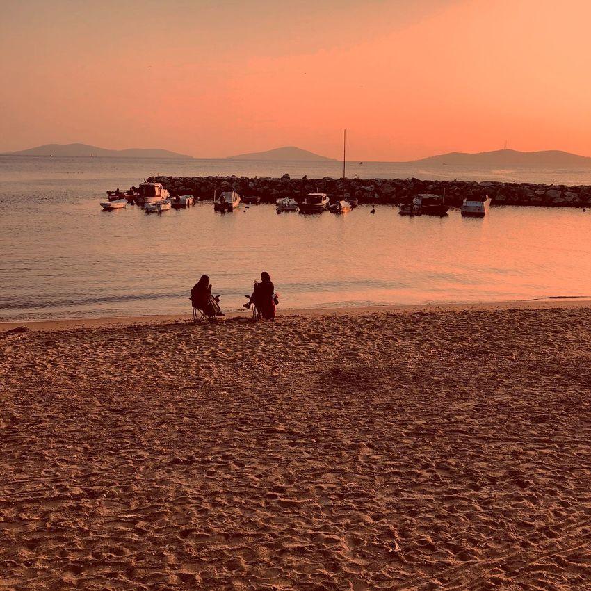 İnsan özünde zorlu bir hikayenin kahramanıdır. Yaralı da olsa, eksik de olsa, hata da yapsa, kahramandır. Hem eksiksiz hem yokluklu bir varoluşun agir yükünü taşır bu kahraman.. Sunset Two People Beach Horizon Over Water Hello World Istanbul Turkey Suadiyesahil
