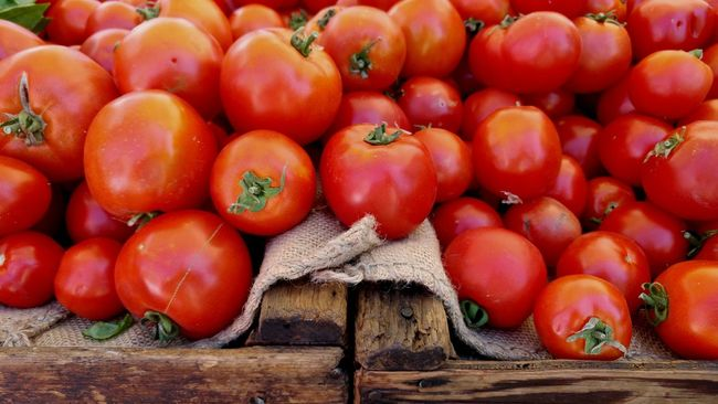 Fiery red, vine ripened tomatoes at the farmers market. Tomatoes Farmers Market Rustic Image Backgrounds Tomatoes In A Wooden Crate Organic Vegetables Organic Produce Favorite Food Summer Harvest Juicy And Delicious California Grown