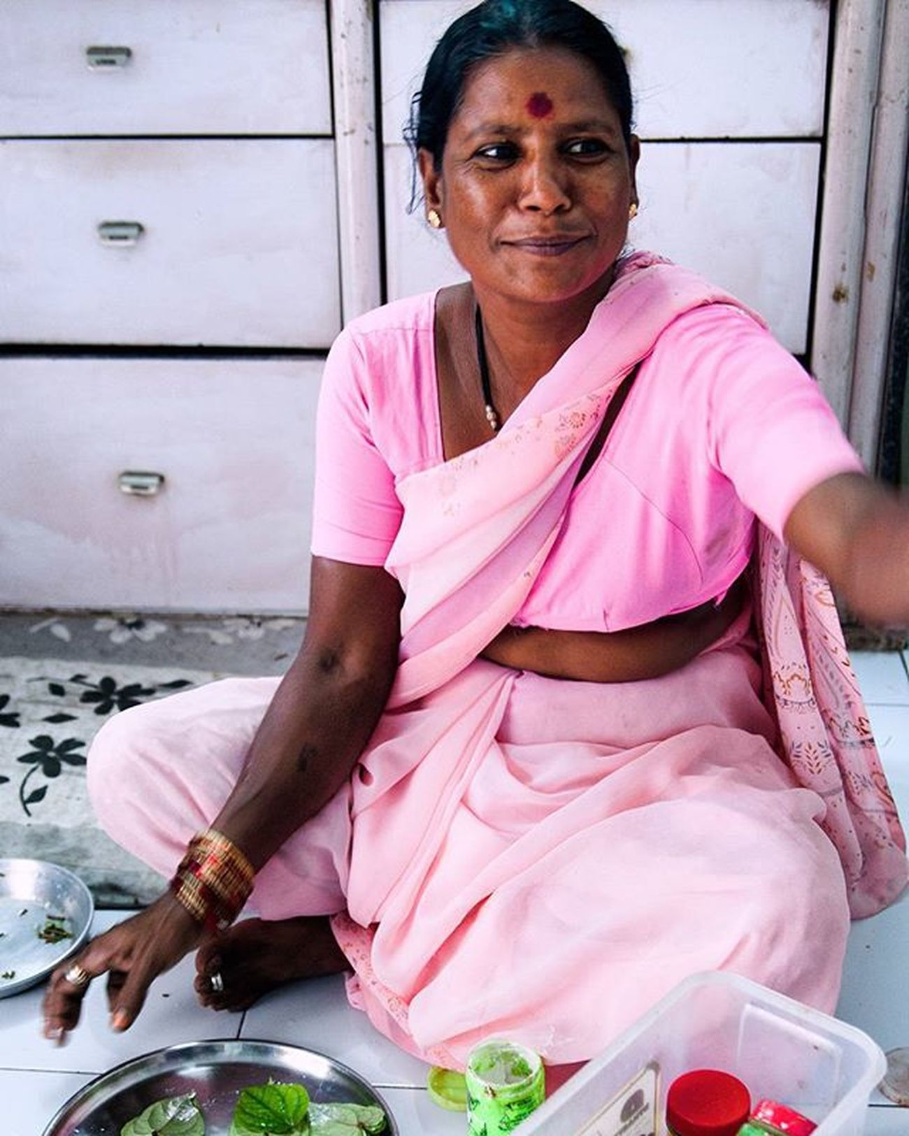 The house helper at my grandmother's house in Aurangabad, India, smiles as she hands my mom the first paan. The paan leaf (betel leaf) is filled in with a combination of sweets and spices, and is chewed to freshen your mouth. Paan Notpan Sweet India Helpinghands Smiles Green Meethapaan Sadhapaan Betelleaf Indiantradition Freshness Cleanser Instagood Instapic Lfl Follow Ztprod