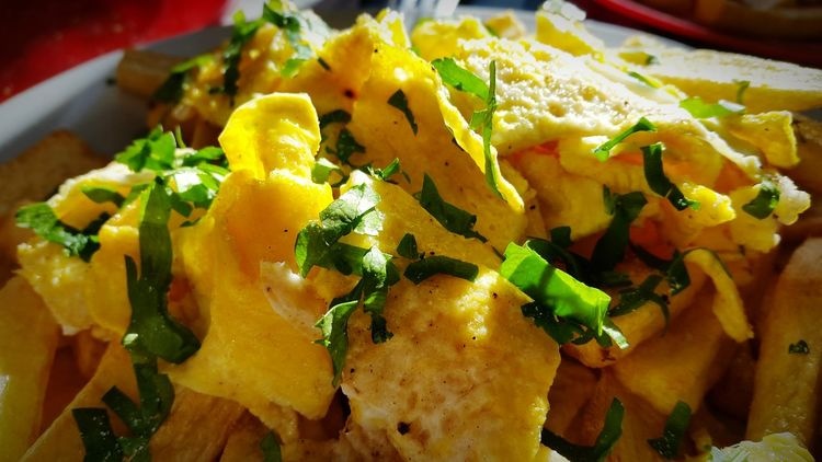 Papas fritas con huevo y perejil Papas Papasfritas Papas Papas Fritas Papas Y Huevo Food Frenchfries Huevo Cocido Huevos Huevo