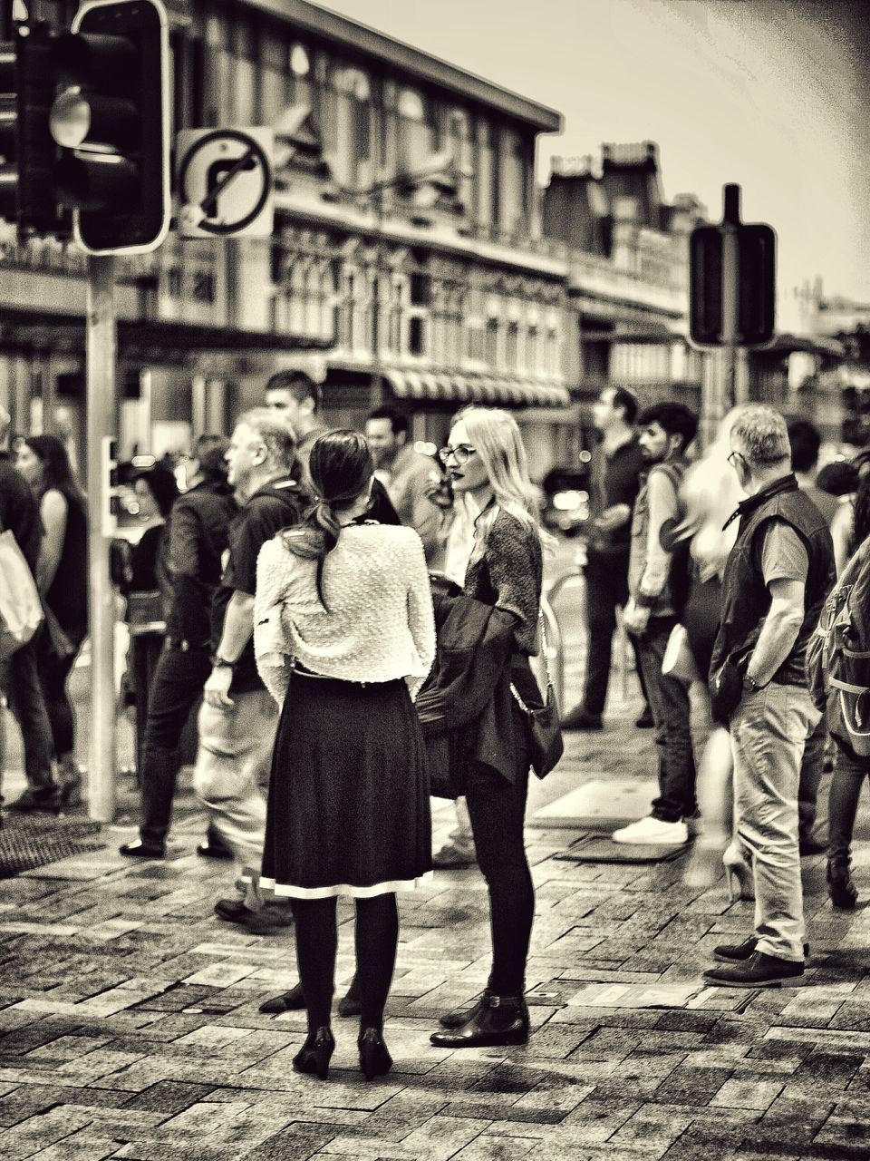 real people, walking, full length, togetherness, casual clothing, focus on foreground, building exterior, group of people, lifestyles, outdoors, standing, women, men, large group of people, day, city, friendship, crowd, adult, people