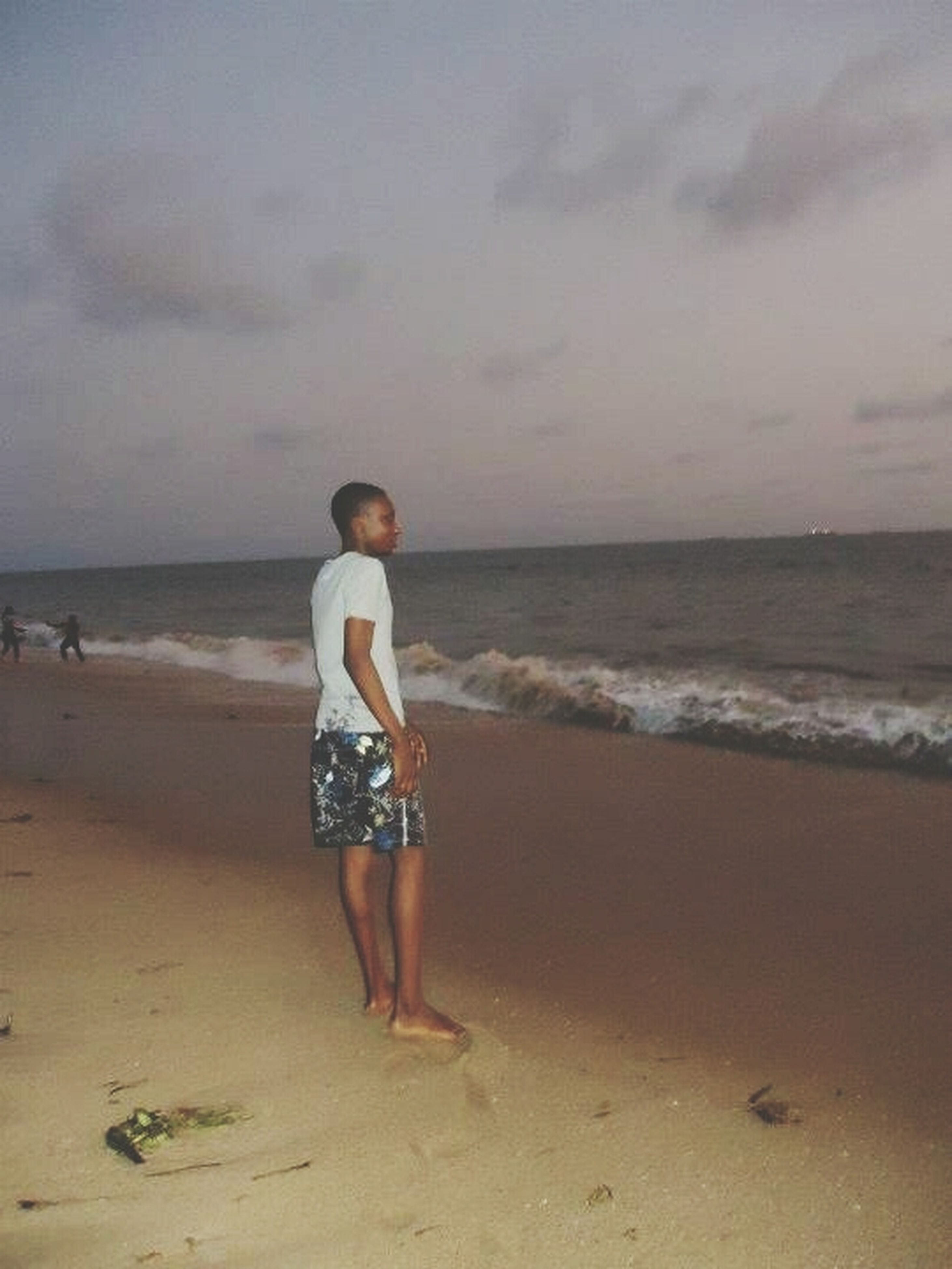 beach, sea, horizon over water, shore, sand, sky, water, scenics, leisure activity, tranquil scene, full length, lifestyles, tranquility, beauty in nature, cloud - sky, nature, vacations, rear view