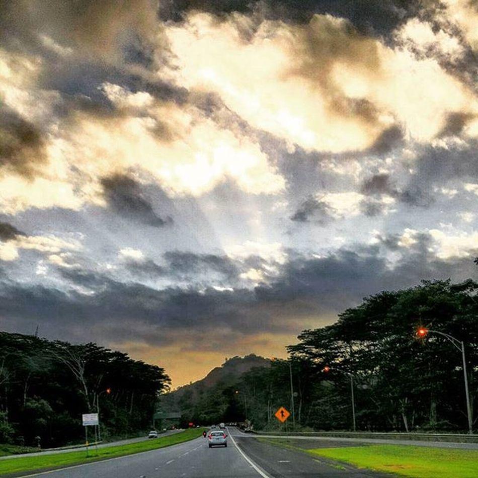 Took the scenic route home. Awesome Luckywelivehawaii Venturehawaii Alohahawaii Sunrise Epichi GodIsGreat HiLife Shenanigans