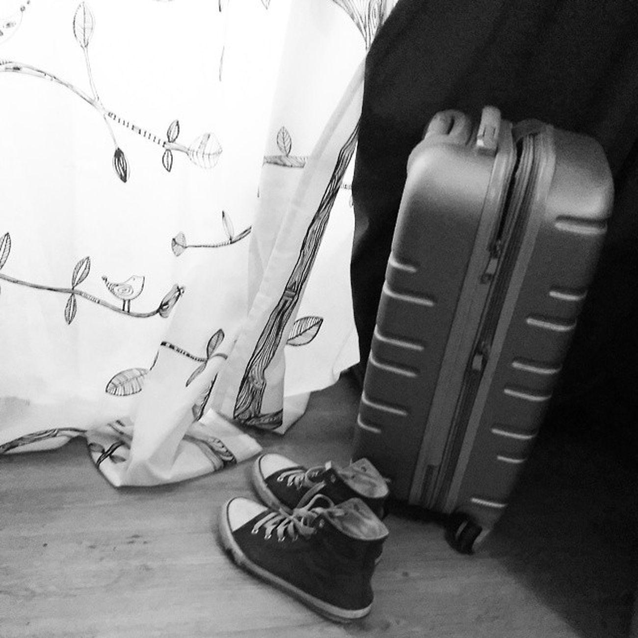 Grau ist mein gehackter Koffer und meine Chucks , morgen geht's mit der Bestenfreundin in den Urlaub julijuwelen mafflumomente