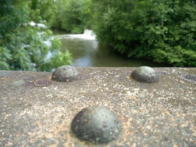 Sur un pont eiffel au bord d'une rivière. Day Nature Outdoors Beach No People Sand Water Sunlight Beauty In Nature Close-up