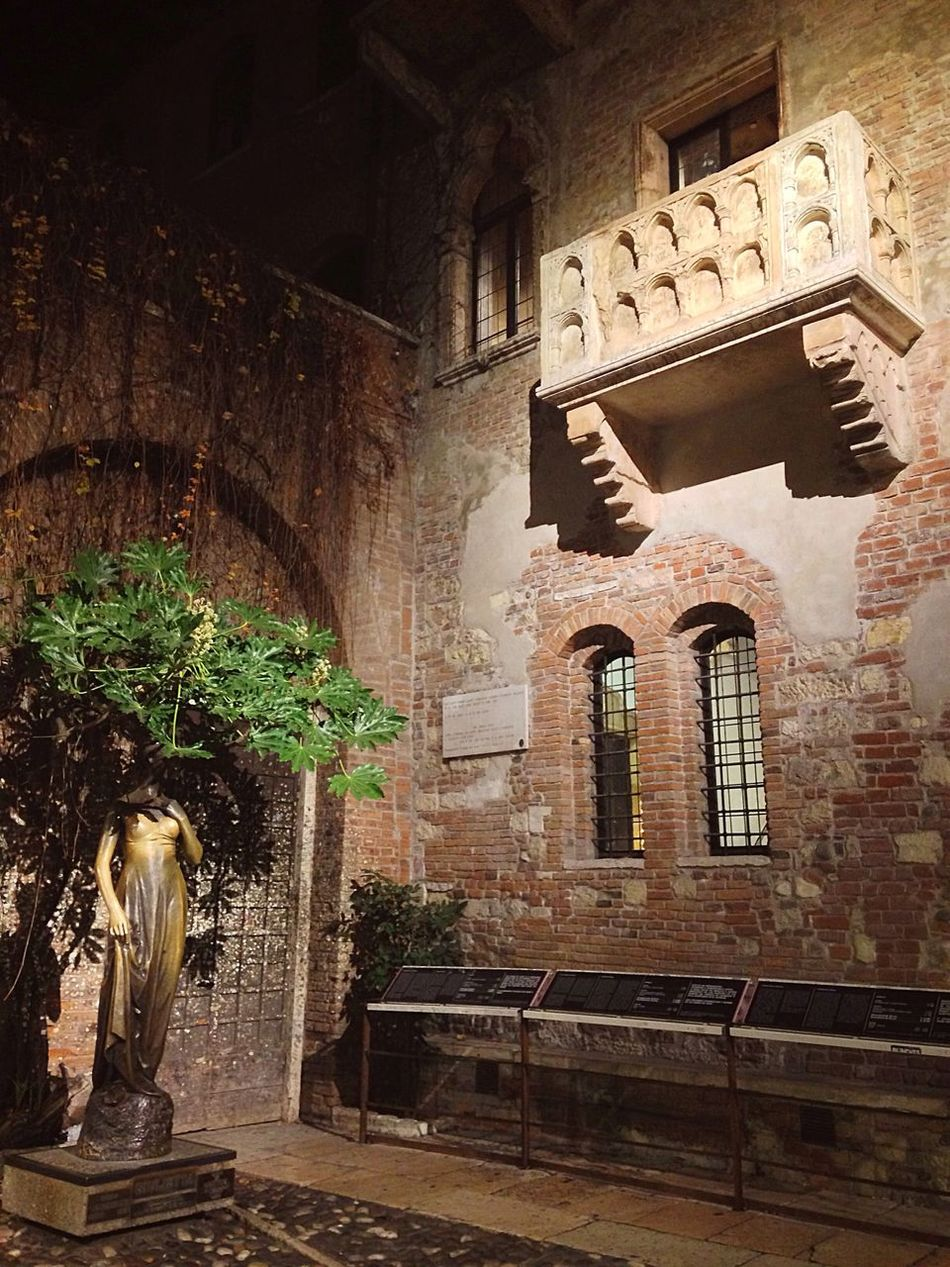 Verona Verona Italy Verona In Love Romeo And Juliet Juliet  Juliet Balcony Juliet's House Veneto Italy Statue Architecture Built Structure No People Medieval Indoors  Night