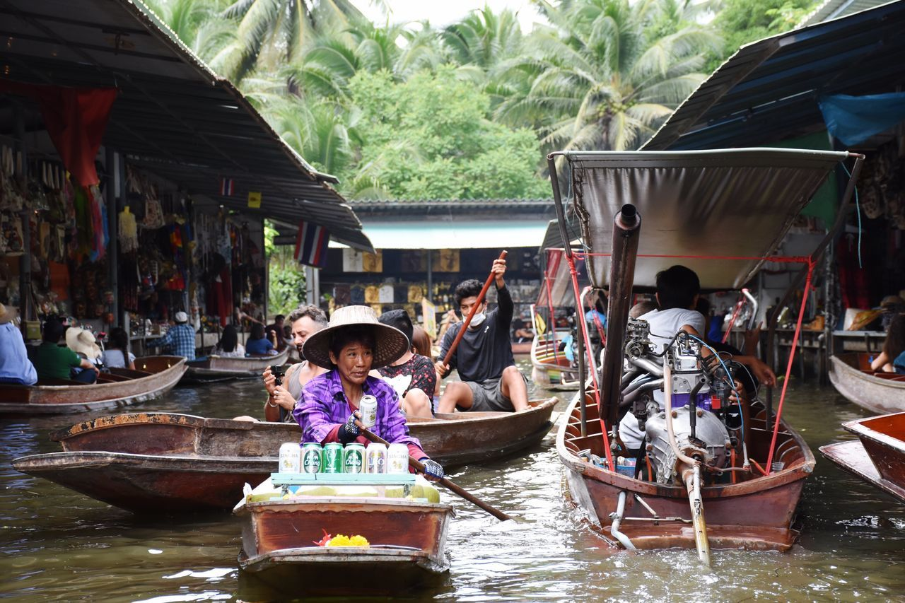 Floating market in Thaïland, a great experience and full of surprises. Amazing Thailand. Thailand Floating Market Dumnoen Saduak Market Boat Boats Countryside Poor  Bangkok ASIA Thai Water People Traveling Travel Destinations Busy