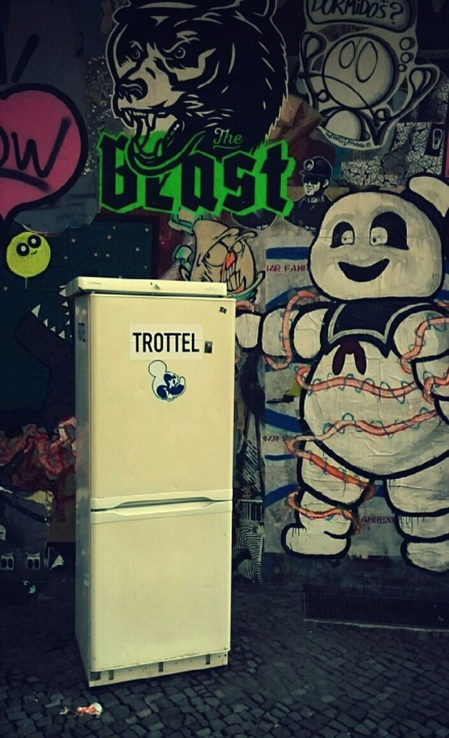 Trottel Fool  Idiot Fridge Berliner Ansichten Wohnglück Streetphotography Streetart Ghostbusters Marshmallowman Ghost Graffiti Signs Icebox Hanging Out Out Of Control Kiezlife Hanging Out Love Is In The Air Check This Out Cheese! Fun Urban Spring Fever Here Belongs To Me Things I Like