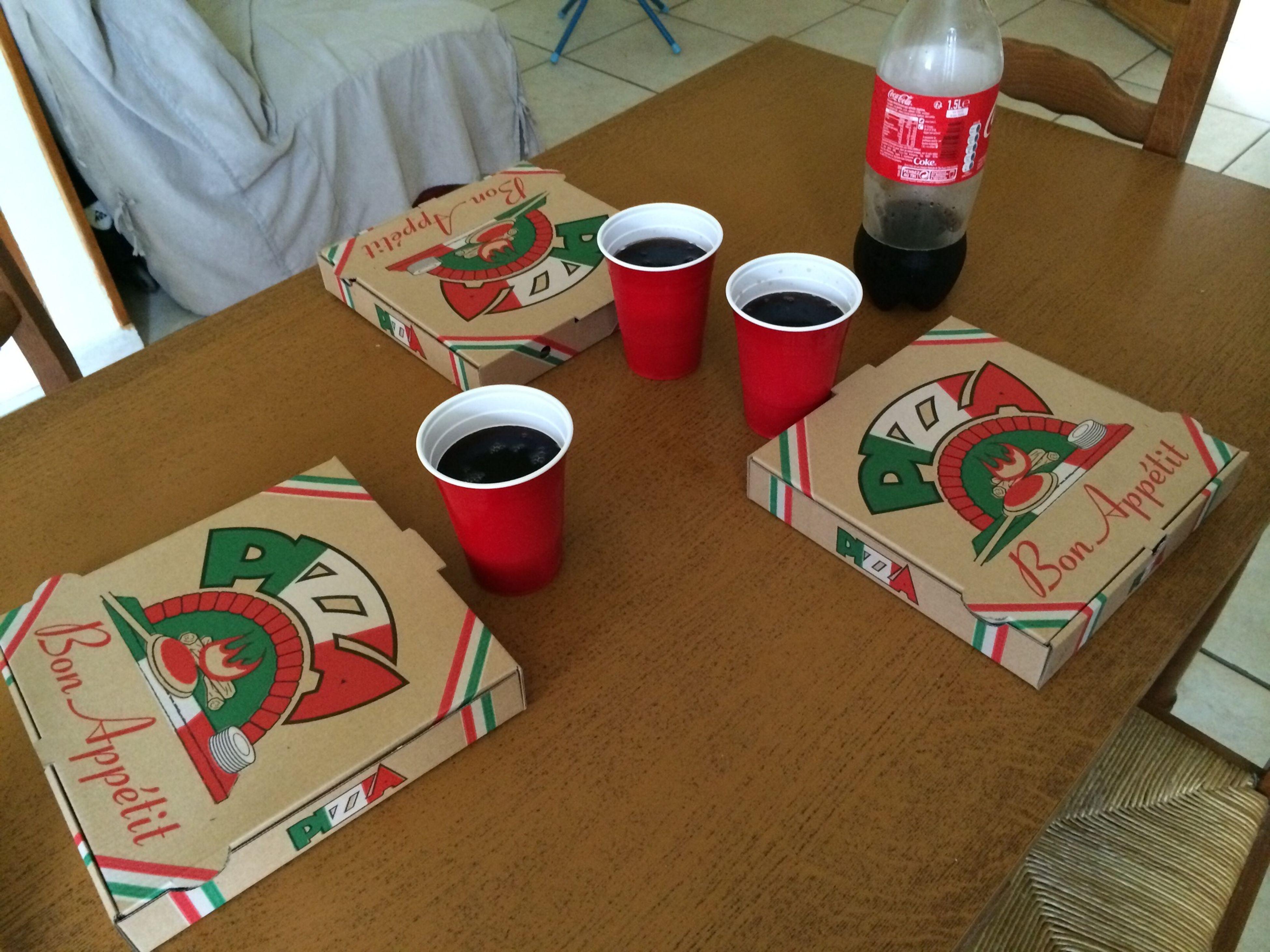 Pizza Red Cup gobelet Red-Cup made in USA ( la bouteille était pleine ) remplissage de 3 verres et hop plus rien ^^ ! Solo Red Cup