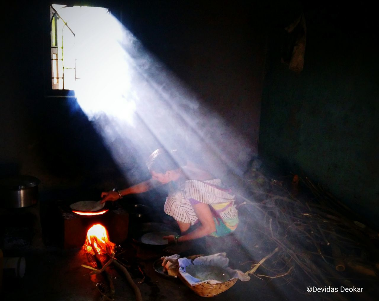 Sunrays Morning Roti Fire Fireplace Riceroti Nubia Nubiaz9mini Mobilephotography Mobile_photographer Food Makingfood Smoke Window