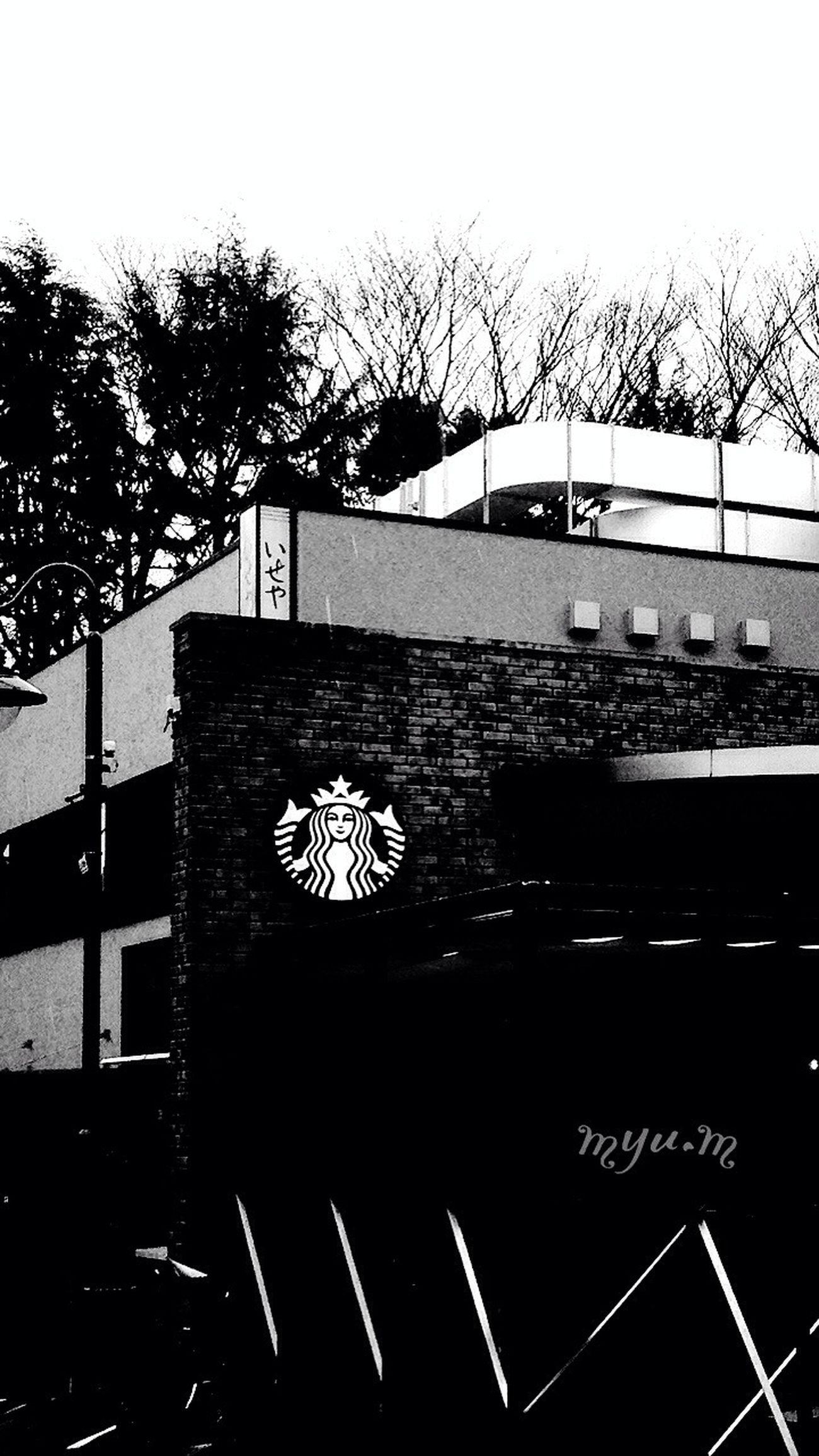 キャラメルフラペチーノ*♡が飲みたくなるから入らない。記念日とかにしよーかなっ。スタバ♡ Monochrome EyeEm Best Shots - Black + White On The Road お散歩 ひとり 道 ガマン スタバ