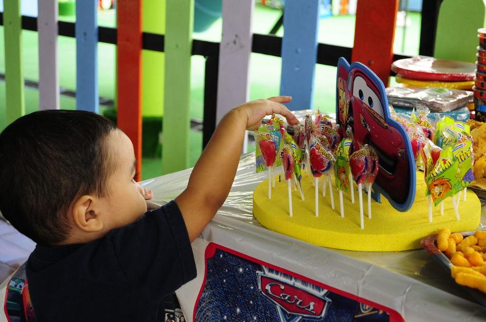 Brinquedo Candy Child Childhood Children Only Criancafeliz Crianças Cumpleaños Dulces Fiesta Horizontal Juguete Juguetes De La Infancia Males  Niño Niños Jugando Niñosfelices One Boy Only One Person Outdoors People