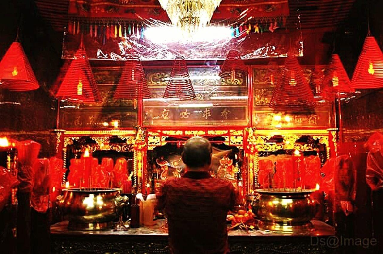 Pray tahun baru Cina Illuminated Indoors  Spirituality Gong Xi Fa Cai Red Color People repost Adapted To The City
