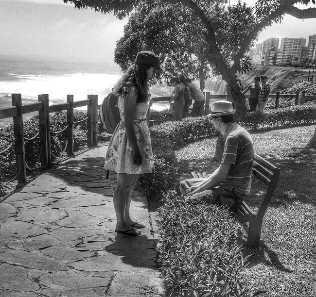 Alice in Wonderland Streetphotography Streetphoto_bw Street Blancoynegro Blackandwhite Couple