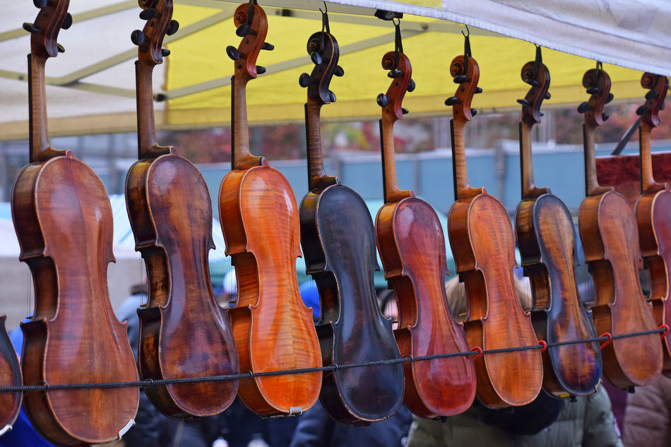 Vintage old violins at retail market sale on Flohmarkt (flea market) of Vienna Arrangement Art Culture And Entertainment Beautifuly Organised Classic Music Close-up Day EyeEm Diversity Flea Markets Flohmarkt In A Row Indoors  Instrument Maker Lieblingsteil Music Musical Instrument Musical Instrument String No People Old Retail  Selection String Instrument Variation Vintage Violin Wood Material