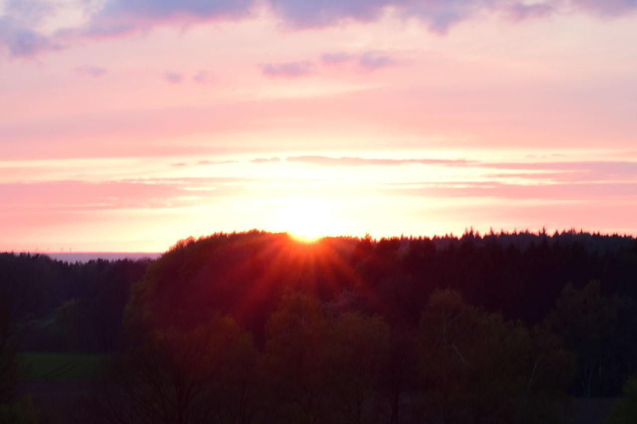 Sonnenuntergang Sonne Sonnenstrahlen Coucher Du Soleil Sunset Sunset_collection Sunset Silhouettes Sunset #sun #clouds #skylovers #sky #nature #beautifulinnature #naturalbeauty #photography #landscape Sunsetporn Sunset And Clouds  Sunset In Germany
