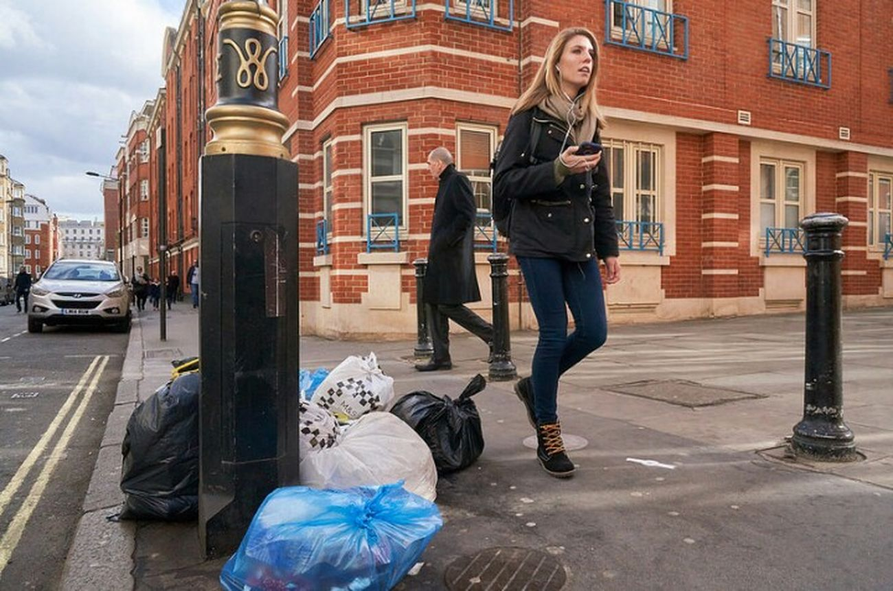 Street City LONDON❤ London Calling Urban Life Fitzrovialitter Low Angle View Litter Walking Londononly Girl Building Exterior City Life Streetlife London London London!!! Rubbish City Life City Street