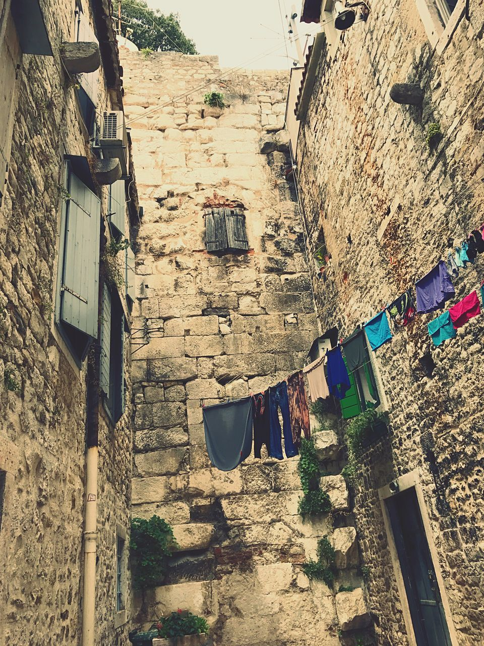 architecture, built structure, hanging, building exterior, day, clothesline, outdoors, no people, drying