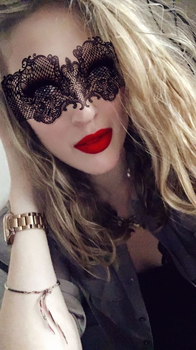 Derrière chaque façade se trouve l'opposé 🎭💋♑️ Girl Hello World Check This Out ThatsMe Taking Photos Picoftheday Person Model Enjoying Life Mask Beautiful Lips Snapchat Instagood Blonde Sexygirl Dreaming France Portrait Looking At Camera Love Relaxing Red Beauty Hanging Out