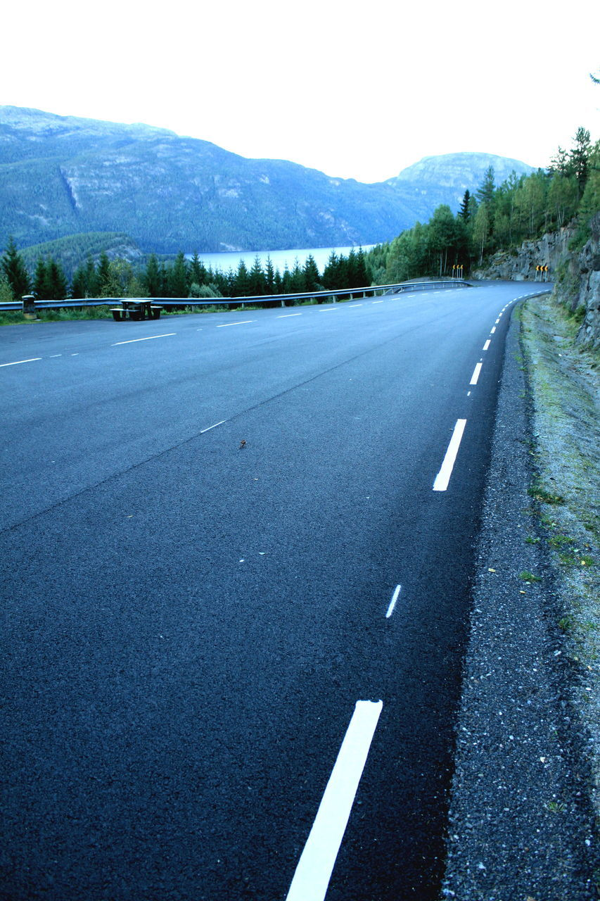 road, road marking, transportation, mountain, the way forward, asphalt, mountain range, no people, tranquility, outdoors, day, nature, dividing line, scenics, tranquil scene, landscape, sky, beauty in nature