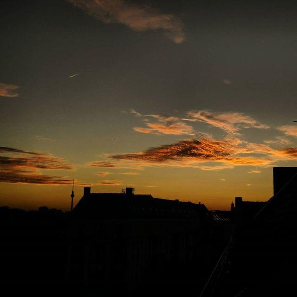 Flashback to Berlin in July! Flashback Summer Sunset Ilikeit Photo Skyline Clouds Berlin Sky ChillTimes Winterishere July Travel City Colours GoodTimes Rooftop Beautiful Nice Sun 20likes Photooftheday Germany