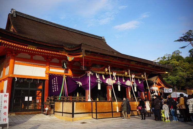 2016 Architecture Building Exterior Built Structure History Japan Kyoto People Place Of Worship Religion Shrine Sky Yasaka Jinja Yasaka Shrine 京都 八坂さん 八坂神社
