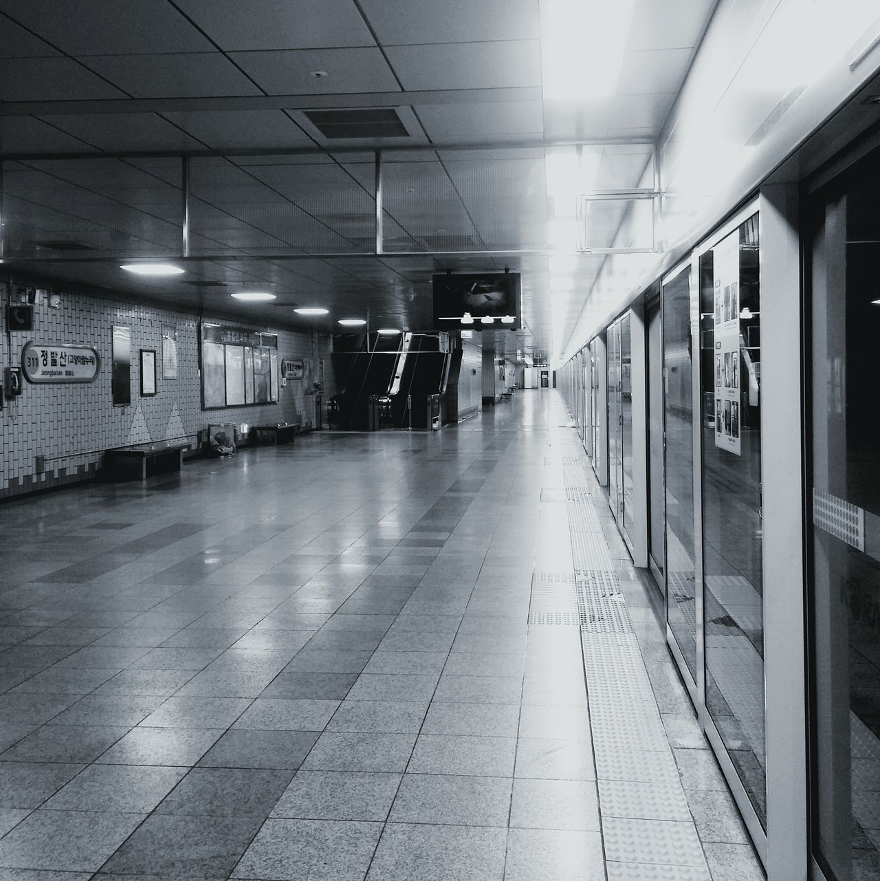 나 혼자 지하철을 기다라네.. No People Indoors  Subway Station