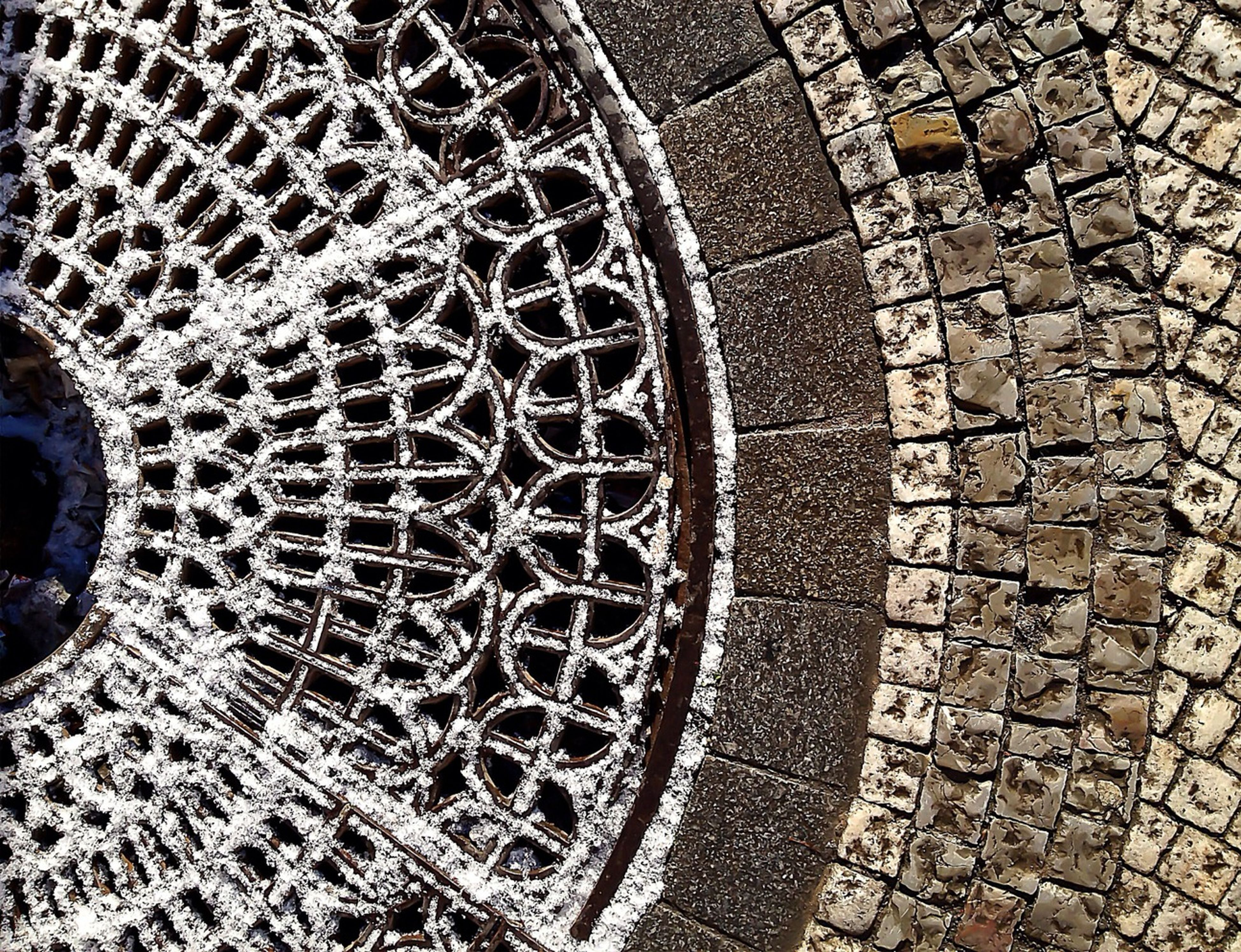 pattern, cobblestone, circle, design, high angle view, built structure, architecture, paving stone, geometric shape, full frame, metal, backgrounds, textured, outdoors, day, manhole, footpath, no people, street, shape