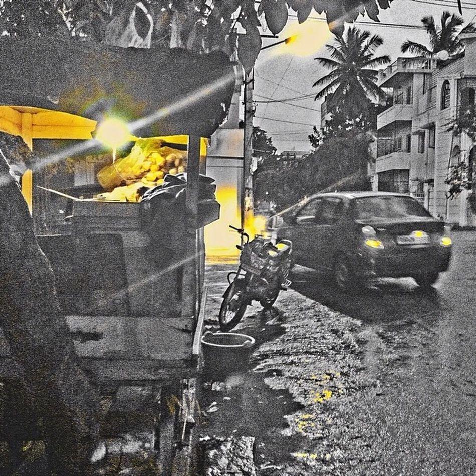 Having gol gapa , when it is Raining . . ! ahhhh 😘 Bangalore VSCO Vscobestpictures Vscocam Coloursplash Nkmemes Namma_bengaluru Nammakarnatakamemes Instaphotography Instabangalore Reflection Yellow IPhone