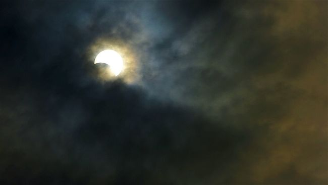 ...when the clouds is also the filter Solar Eclipse Solar Eclipse 2016 Surabaya In The Morning Surabaya Taking Photos Check This Out Gerhana Matahari Total Gerhana Matahari 2016 Eclipse Of The Sun EyeEm Best Shots Hello World Astronomical Indonesia_photography Showcase March Sun Behind Clouds
